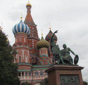 #49plus vor den Kremel-Mauern in Moskau gelegene Basilius Kathedrale